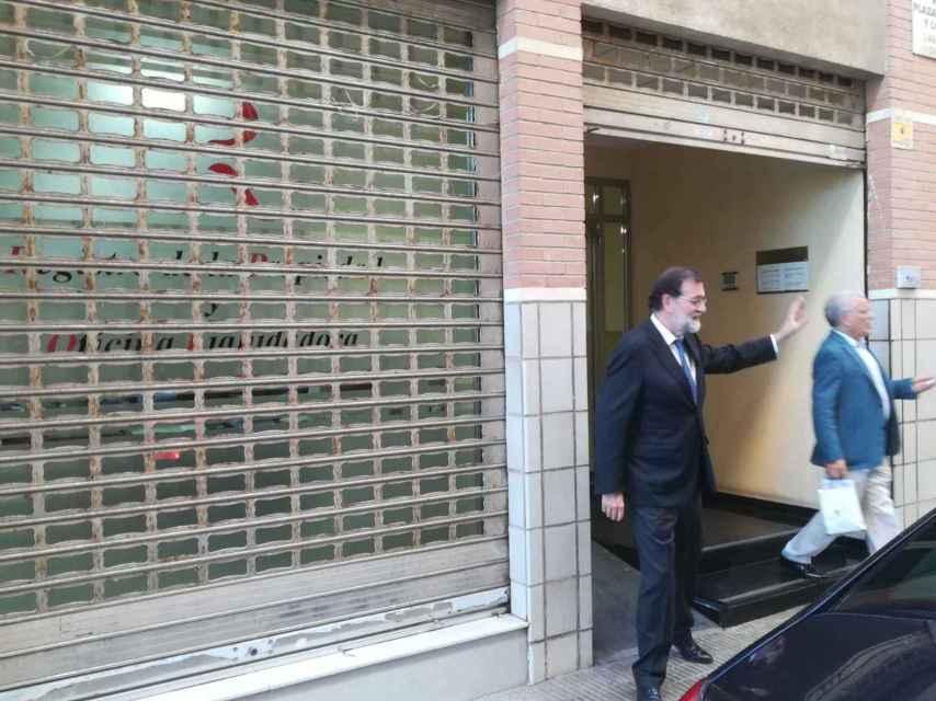 Esta martes, Mariano Rajoy conoció de la mano de su amigo Francisco Riquelme a los compañeros del registro de la propiedad de Santa Pola (Alicante).