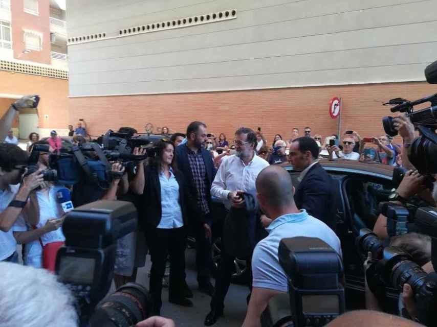 Entre numerosos periodistas y curiosos, Rajoy se reincoporó de forma definitiva a su antiguo puesto de trabajo en Santa Pola a las 9.45 horas del miércoles.