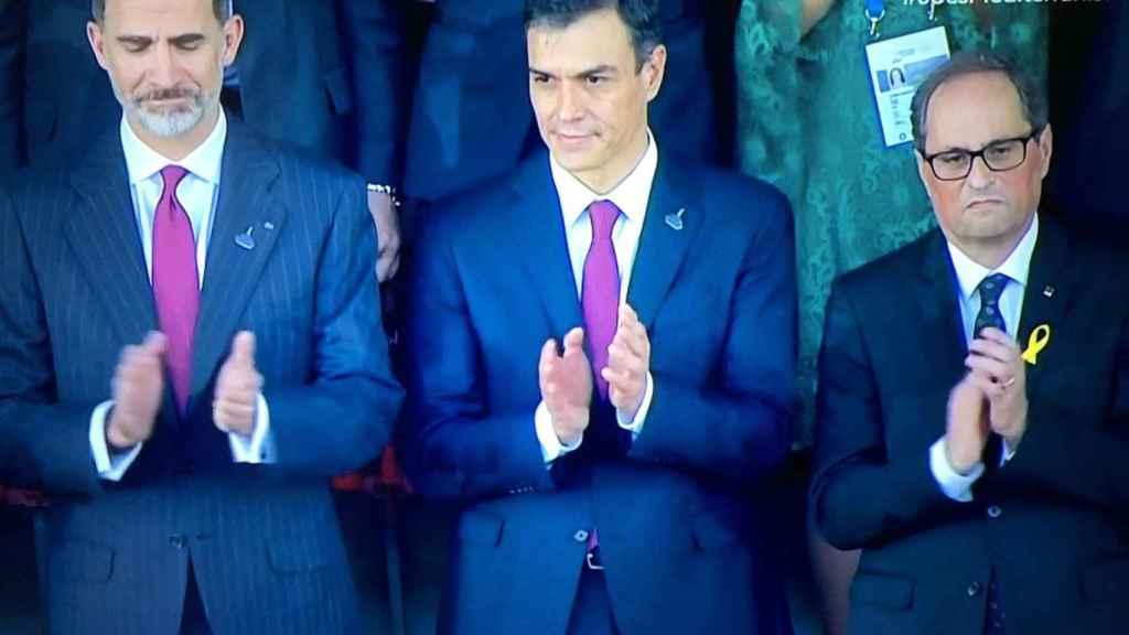Felipe VI, Pedro Sánchez y Quim Torra aplauden el himno español en la inauguración de los Juegos del Mediterráneo.