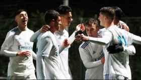 Los jugadores del Juvenil A celebran un gol