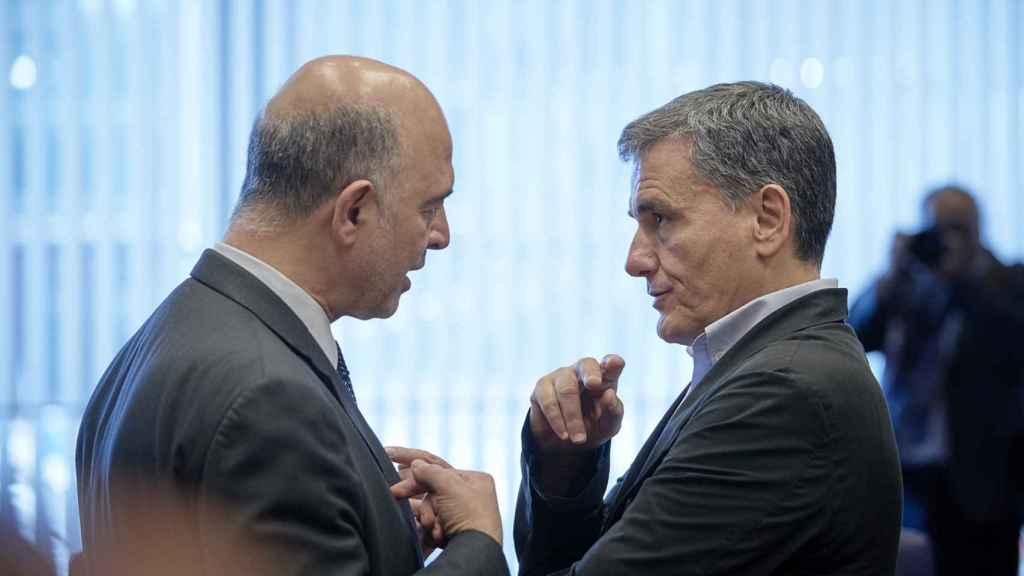 El comisario Moscovici conversa con el ministro griego Tsakalotos durante el Eurogrupo