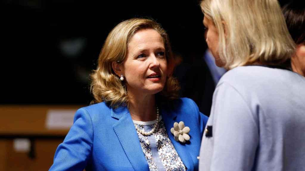 La ministra Calviño conversa con su homóloga sueca durante el Ecofin