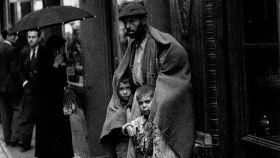 Un hombre con dos niños en la Carrera de San Jerónimo en a principios de la década de 1940.