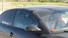 Jesús Escudero, el peluquero, en la parte de atrás del coche tras abandonar la cárcel de Pamplona.