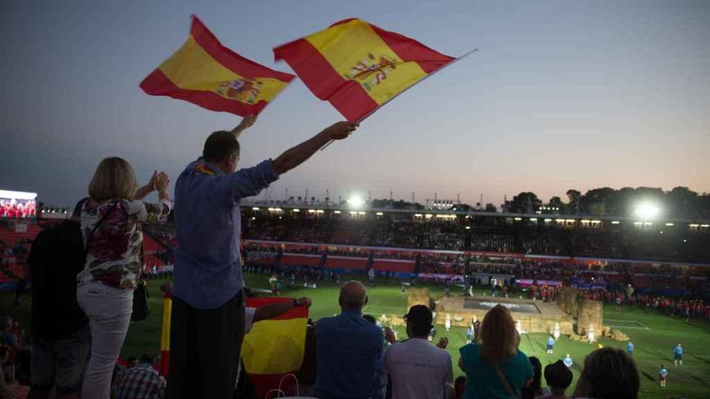 Aficionados con la bandera de España durante la ceremonia de inauguración.