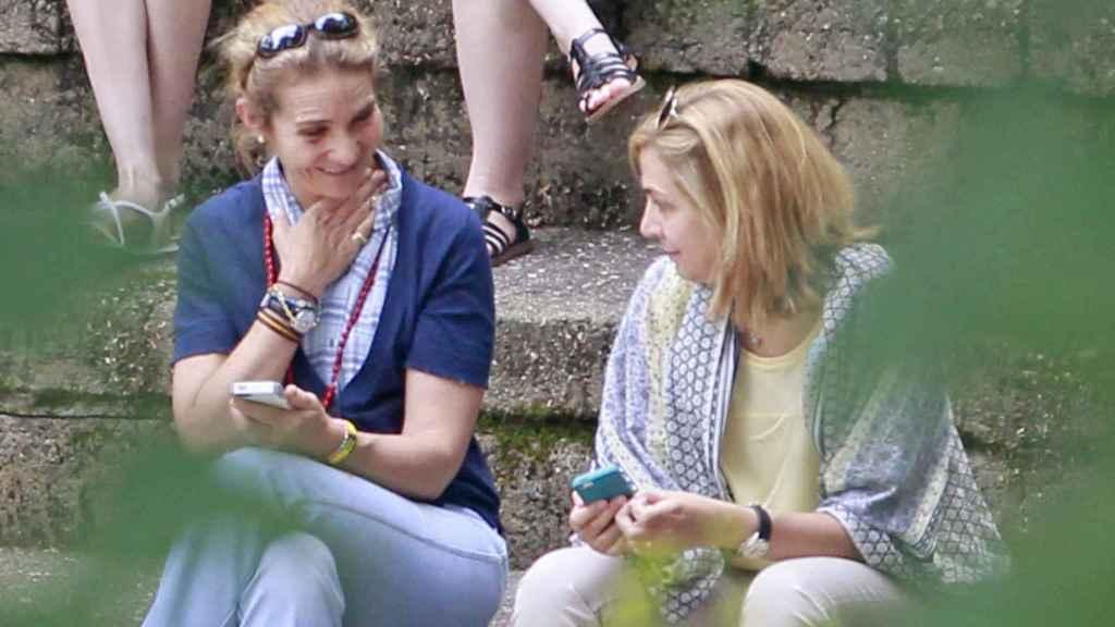 La infanta Elena y la infanta Cristina en Ginebra, en una foto de archivo.