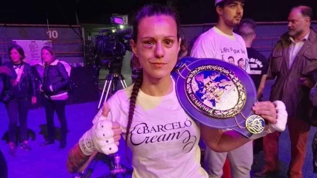 Joana Pastrana, con su cinturón de campeona del mundo.