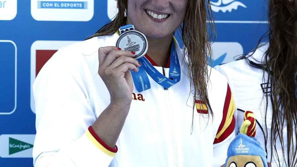 Mireia Belmonte posa con una de las cuatro medallas ganadas en los Juegos del Mediterráneo.