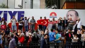 Seguidores de Erdogan celebran los primeros resultados.