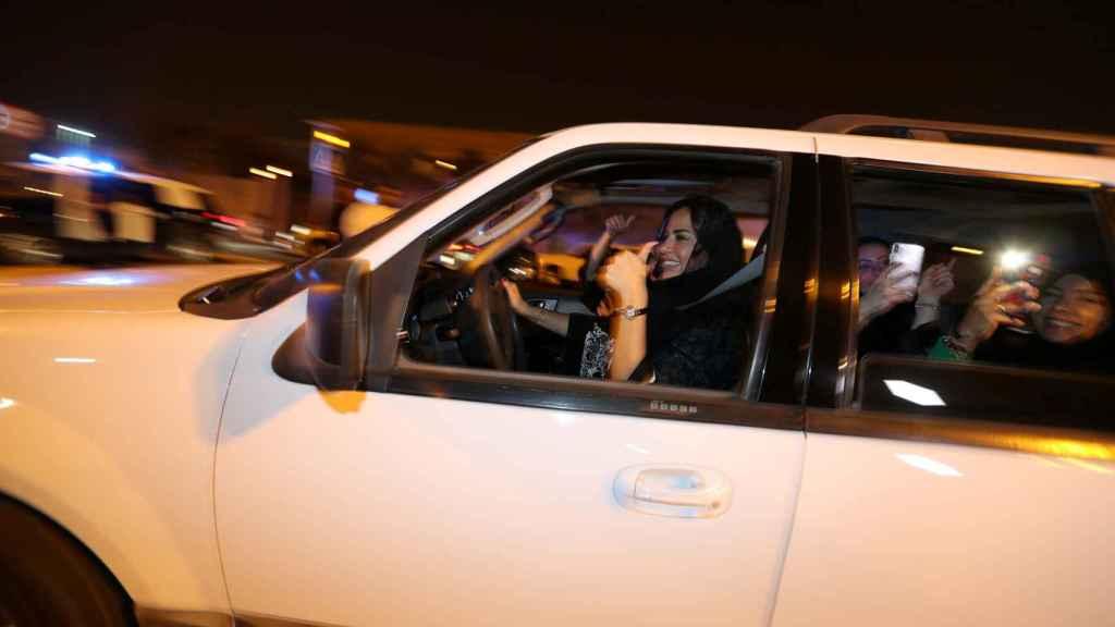 Un grupo de mujeres celebra que ya pueden conducir