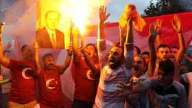 Seguidores de Erdogan celebran su victoria electoral.
