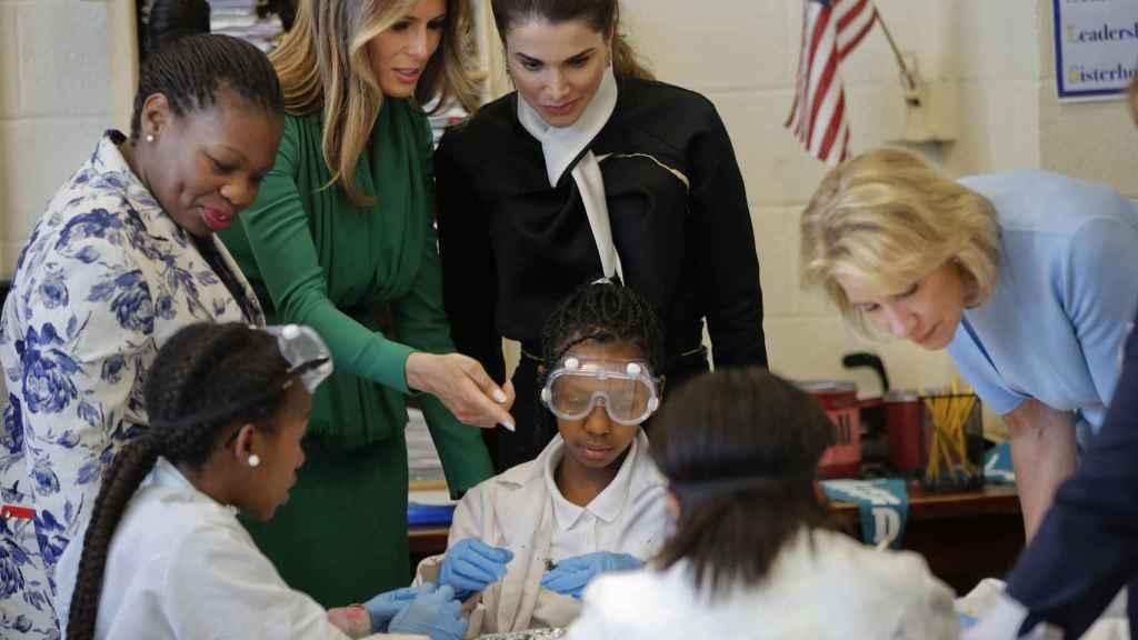 Melania Trump y Rania de Jordania en una escuela femenina en Columbia.