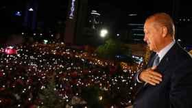 Erdogan agradece a sus votantes desde el balcón de la sede de AKP.