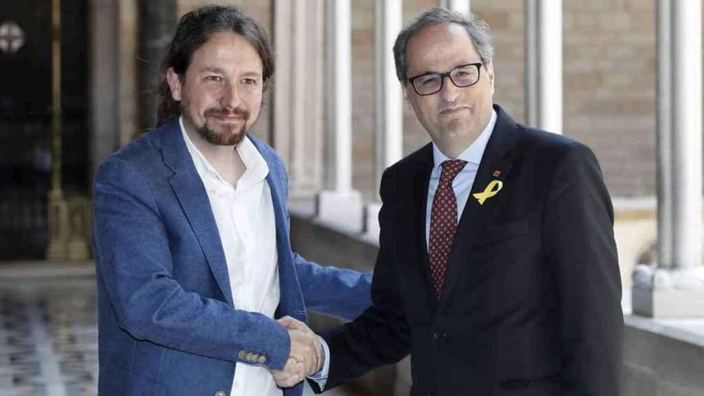 Pablo Iglesias y Quim Torra se dan la mano en el Palau de la Generalitat catalana.