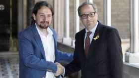 Pablo Iglesias y Quim Torra se dan la mano en el palacio de la Generalidad catalana.