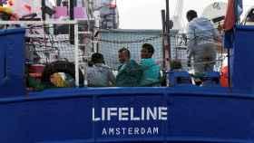 Migrantes en la cubierta del Lifeline