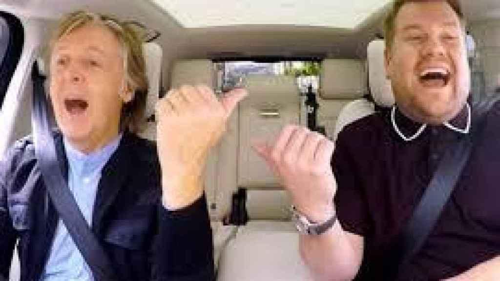 Paul McCartney y James Corden cantando en el coche durante el show.