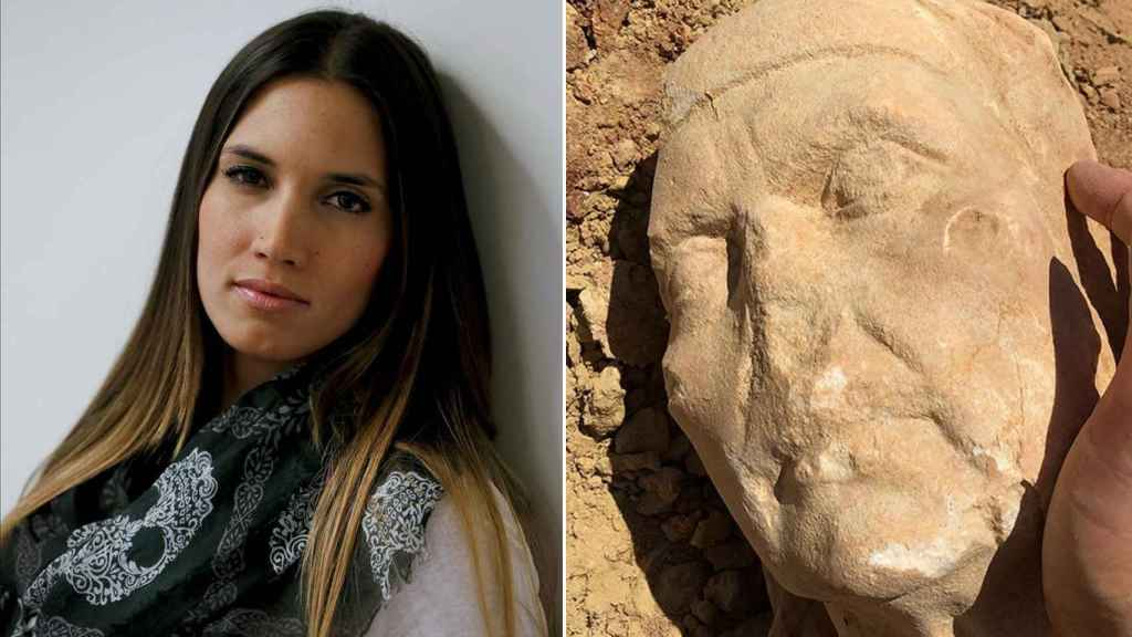 La artista cordobesa India Martínez junto al busto que se ha encontrado.