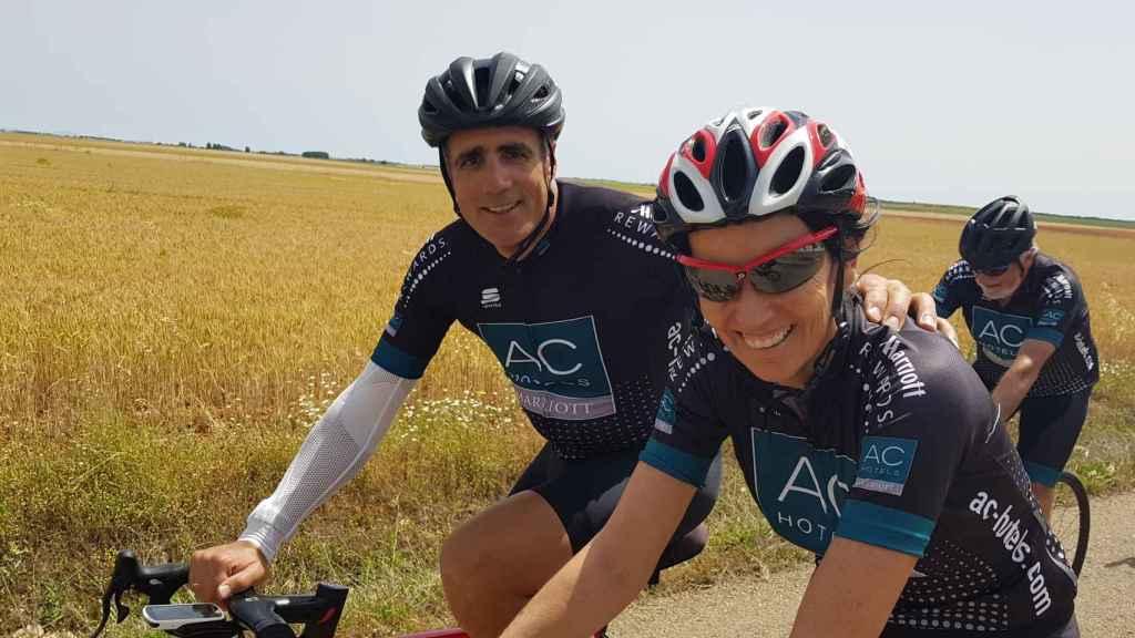El ciclista Miguel Indurain y la consejera delegada de EL ESPAÑOL, Eva Fernández: detrás, Jaime Mayor Oreja.