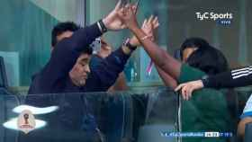 Maradona baila con una nigeriana.