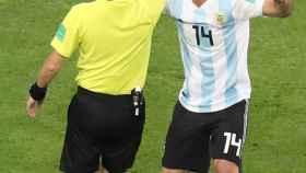El árbitro amonesta a Mascherano durante el encuentro.