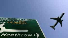 Un avión de pasajeros se prepara para aterrizar en la Terminal 5 de Heathrow.