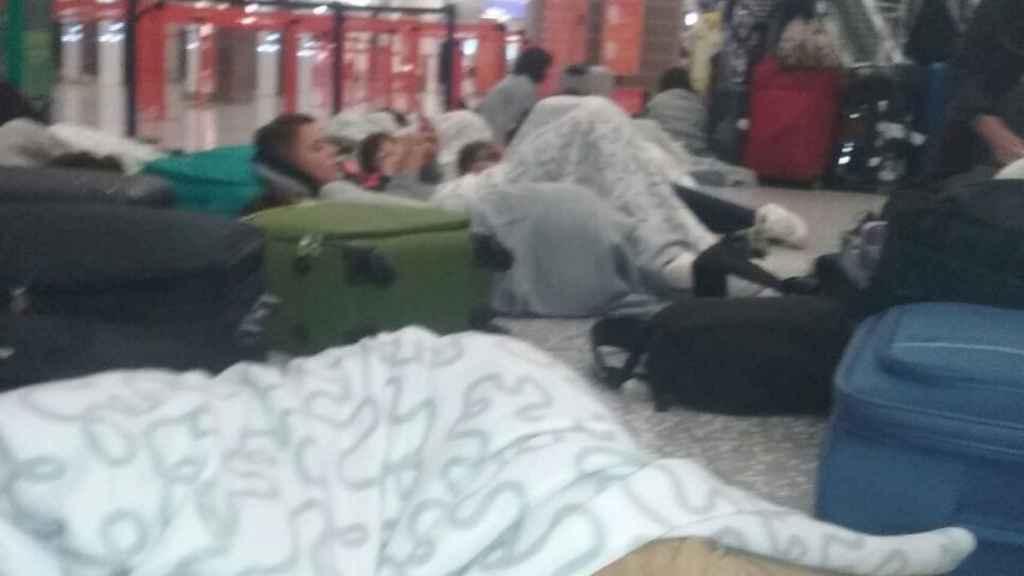 Los niños en el aeropuerto.