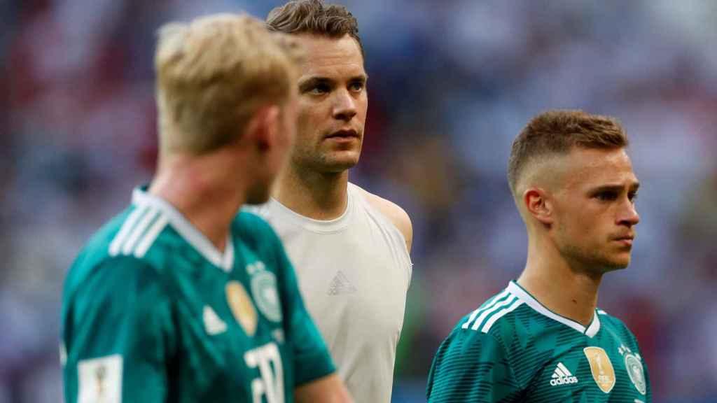 Neuer se retira del campo tras el partido.