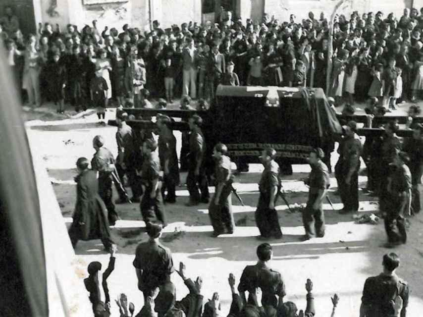 La comitiva de falangistas que trasladó a Primo de Rivera desde Alicante a El Escorial.