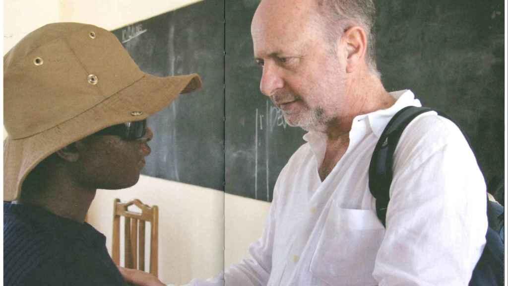 El doctor Pedro Jaén en Tanzania. Imagen extraída del libro 'Salvad al guisante blanco' de Miguel Almodóvar.