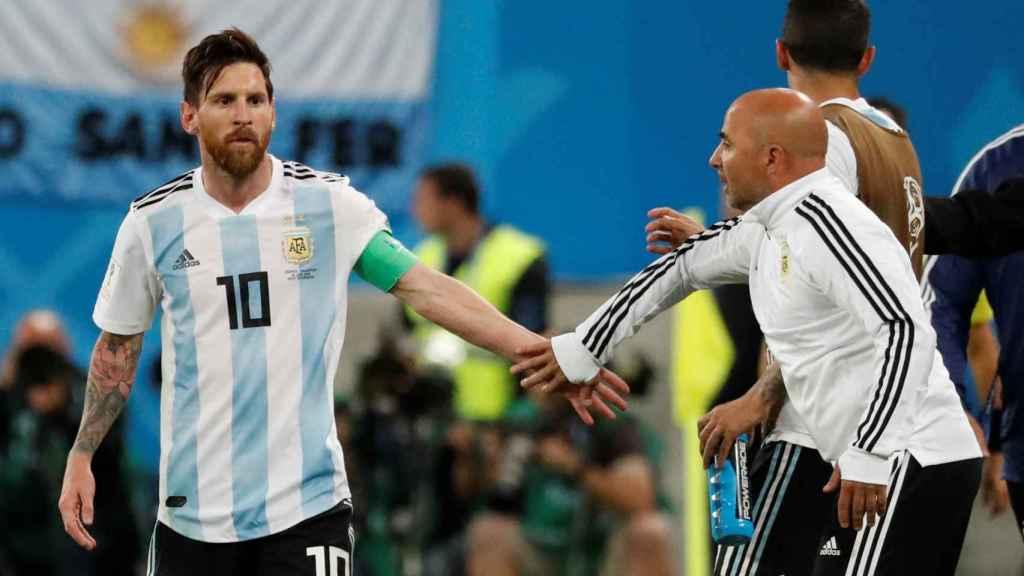 Messi y Sampaoli durante el Nigeria - Argentina.