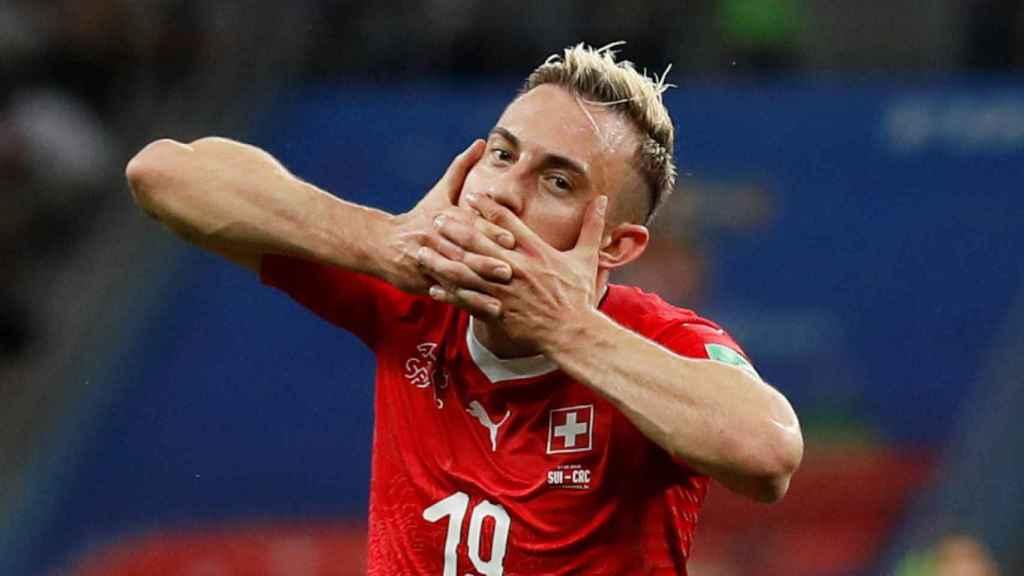 Josip Drmic celebra su gol con Suiza.