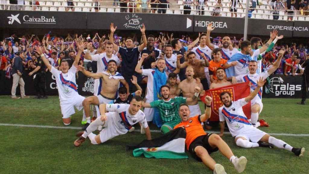 El Extremadura celebra el ascenso a Segunda.