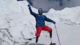 Xia Boyu, amputado doble, en el Everest.