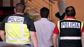 Jorge Rodríguez (centro) a su llegada al Ayuntamiento de Ontinyent para un registro.