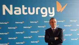 Francisco Reynés, presidente de Gas Natural Fenosa, posa con la nueva marca.