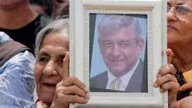 Una seguidora de López Obrador, con una foto suya en la mano.
