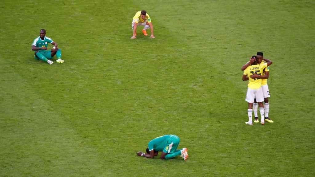 Los jugadores de Senegal se lamentan tras la derrota ante Colombia.