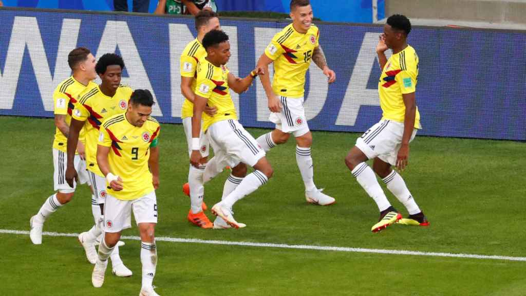 Yerry Mina celebra su gol con sus compañeros de Colombia.