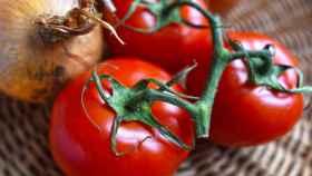 Un par de tomates comprados en el supermercado de la esquina.
