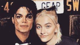 Paris Jackson junto a una imagen de su padre.