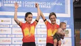 Leire Olaberría (dcha) tras proclamarse campeona de España.