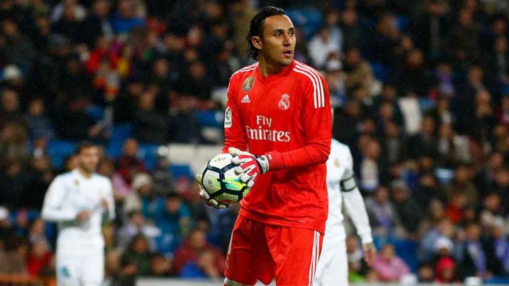 Keylor Navas sacando un balón con las manos Foto: Pedro Rodríguez/El Bernabéu