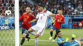 Achraf procura evitar el remate de un jugador de la selección española. Foto: Twitter (@SeFutbol)
