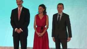 El Rey Felipe VI, la reina Letizia y el ministro de Ciencia, Pedro Duque, este jueves en Vilablareix (Gerona).