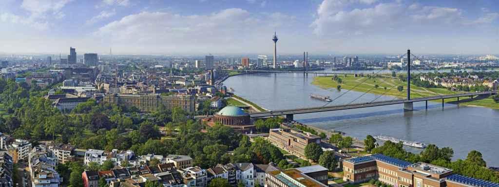 Vista de la ciudad de Düsseldorf, con el río Rin en primer plano.