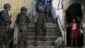 Efectivos del Ejército brasileño patrullan en una zona de favelas de Río de Janeiro.