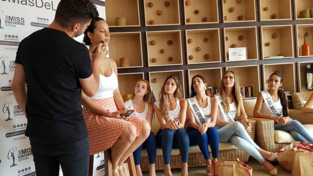 Ángela Ponce junto al resto de candidatas a Miss Universe Spain.