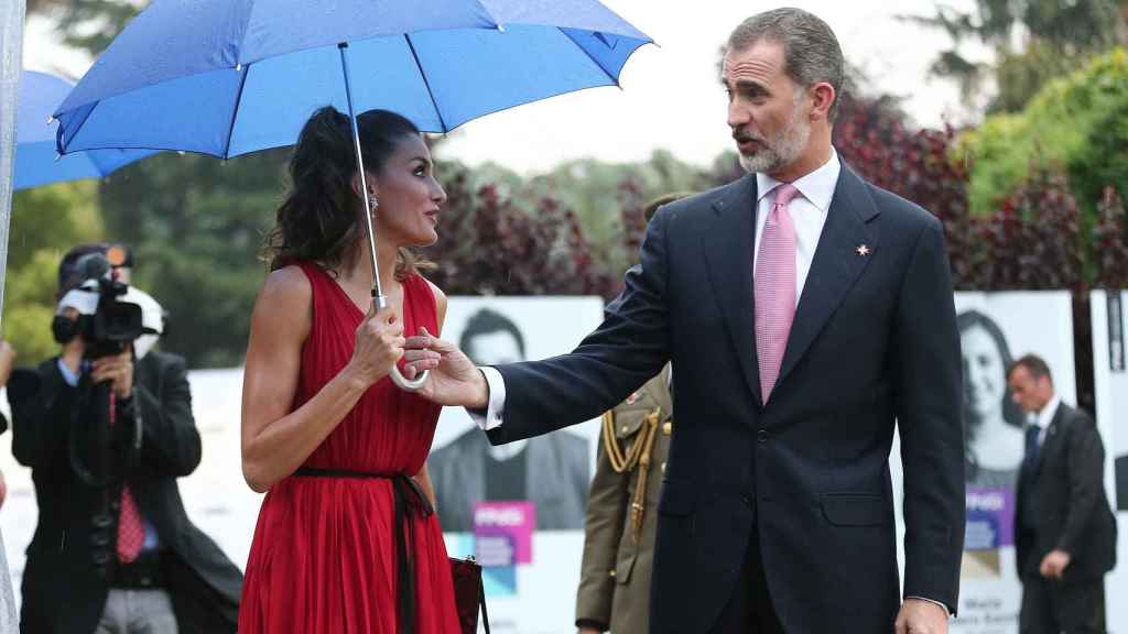 Letizia y el rey Felipe sostienen el mismo paraguas.