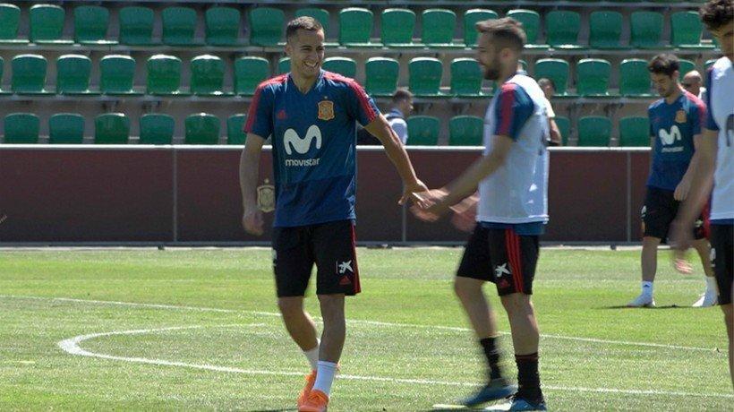 Lucas Vázquez se ríe con Jordi Alba en el entrenamiento de la selección española